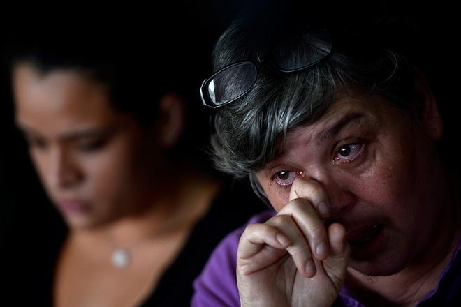 """Chồng của cô Jacquita Gonzales, anh Patrick Gomes, là giám sát viên của chuyến bay MH370. """"Đây là lỗ hổng lớn và nỗi mất mát to lớn trong cuộc đời chúng tôi"""", góa phụ 52 tuổi nói trong dòng nước mắt."""