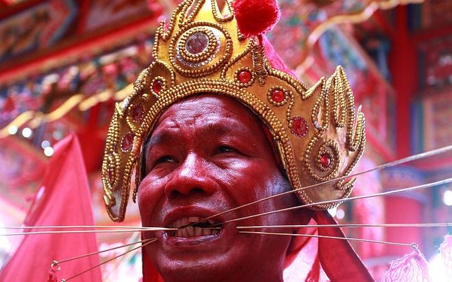 Loat anh an tuong nhat tuan (2 - 7/3) hinh anh 7 Một Tatung xuyên các thanh kim loại qua má trong lễ hội Tatung – một hoạt động của Tết Nguyên tiêu (được gọi là Chap Go Meh) ở Singkawang, Indonesia. Nghệ thuật cổ đại Tatung kêu gọi việc nâng cao tinh thần tích cực để giúp các tín đồ thoát khỏi tà ma.