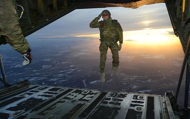 Loat anh an tuong nhat tuan (2 - 7/3) hinh anh 3 Một lính Mỹ giao cho Tiểu đoàn 1, 10 lực lượng đặc biệt Group (Airborne) chào các đồng đội của mình trong khi nhảy ra khỏi một chiếc máy bay C-130 Hercules trên một vùng thả trên nước Đức