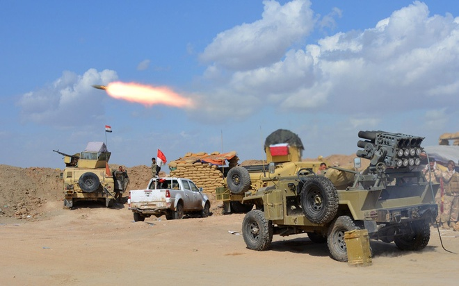 Loat anh an tuong nhat tuan (2 - 7/3) hinh anh 4 Lực lượng chính phủ Iraq và lực lượng dân quân đồng minh bắn vũ khí từ một vị trí ở phần phía bắc của tỉnh Diyala, giáp tỉnh Salaheddin, khi họ tham gia trong một cuộc tấn công để chiếm lại thành phố Tikrit từ phần tử thánh chiến của Nhà nước Hồi giáo (IS) nhóm
