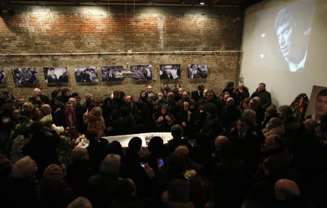 Loat anh an tuong nhat tuan (2 - 7/3) hinh anh 2 Hàng trăm người tập trung tại lễ tưởng niệm cựu Thủ tướng Boris Nemtsov sau vụ sát hại ông tại cây cầu gần Điện Kremlin