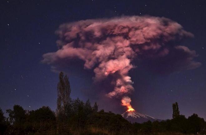 Loat anh an tuong nhat tuan (2 - 7/3) hinh anh 10 Volcano Villarrica phun trào 750km về phía nam của Santiago de Chile. Hơn 4.000 người đã được sơ tán do nguy cơ lũ lụt như tuyết tan chảy do sự phun trào của núi lửa