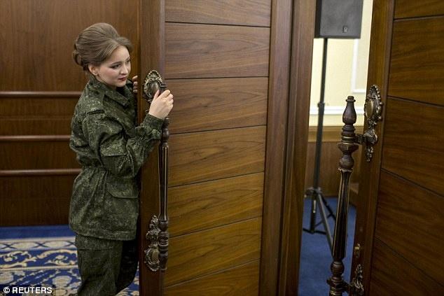 Nu binh si Ukraine buong sung, buoc len san dien thoi trang hinh anh 9  Một cô gái vừa hoàn thành phần trang điểm và đang chờ đến lượt cô bước ra sân khấu chính. Ảnh: Reuters