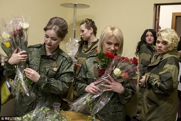 Nu binh si Ukraine buong sung, buoc len san dien thoi trang hinh anh 11 Các thí sinh nữ trong cuộc thi trình diễn thời trang này đến từ lực lượng tự vệ của chính quyền Cộng hòa Donetsk tự xưng, một trong những điểm nóng của cuộc nội chiến tại Ukraine. Ảnh: Reuters