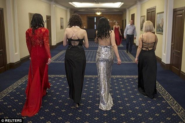 Nu binh si Ukraine buong sung, buoc len san dien thoi trang hinh anh 3 Các cô gái Ukraine tập đi catwalk trước khi ra sân khấu chính. Ảnh: Reuters