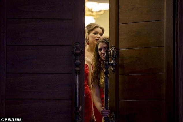 Nu binh si Ukraine buong sung, buoc len san dien thoi trang hinh anh 4 Một số phụ nữ lén nhìn qua cửa, chờ tới phần trình diễn của mình. Ảnh: Reuters