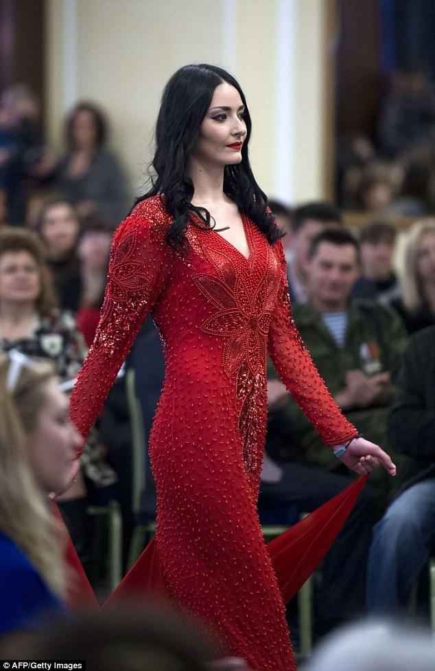 Nu binh si Ukraine buong sung, buoc len san dien thoi trang hinh anh 5 Màu đỏ là màu váy mà nhiều cô gái lựa chọn khi diễn thời trang. Ảnh: AFP
