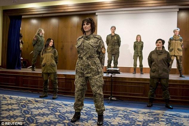Nu binh si Ukraine buong sung, buoc len san dien thoi trang hinh anh 7 Bên cạnh trang phục dạ hội, những nữ binh Ukraine cũng trình diễn trong bộ quân phục quen thuộc. Ảnh: Reuters