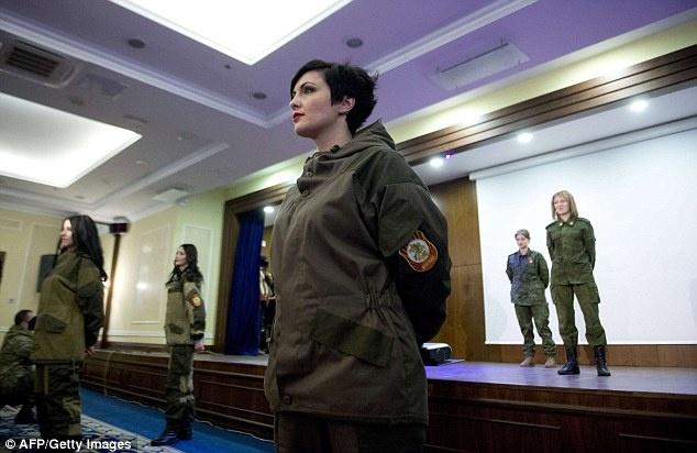 Nu binh si Ukraine buong sung, buoc len san dien thoi trang hinh anh 8 Các cô gái Ukraine tự tin trình diễn trong quân phục khi đứng trên sân khấu. Ảnh: Reuters