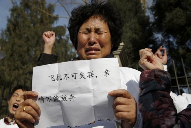Giam sat vien khong luu ngu trong dem MH370 mat tich hinh anh 1 Thân nhân hàng khách MH370 biểu tình ở Bắc Kinh hôm 8/3. Ảnh: Reuters