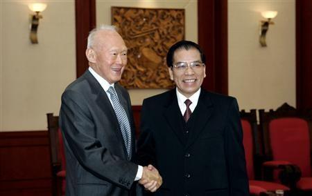 Nhung phat bieu dang suy ngam cua ong Ly Quang Dieu hinh anh 2 Nguyên Thủ tướng Lý Quang Diệu bắt tay Tổng bí thư Nông Đức Mạnh trong chuyến thăm Việt Nam năm 2007. Ảnh: Reuters