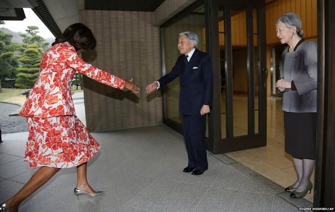 Với chiều cao 1m75, Đệ nhất phu nhân Mỹ Michelle Obama có vẻ gượng gạo cúi chào và khụy gối để bắt tay Nhật hoàng Akihito tại Cung điện Hoàng gia ở Tokyo.