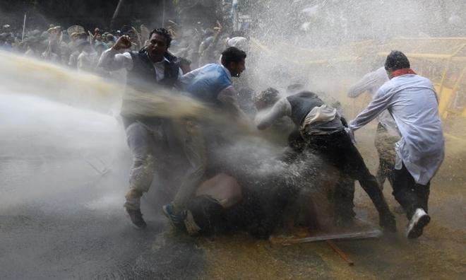 Hôm 16/3, cảnh sát tại thành phố New Delhi, Ấn Độ, sử dụng vòi rồng để giải tán người biểu tình thuộc phe đối lập nhằm chống lại chương trình cải cách ruộng đất của Thủ tướng Narendra Modi.  Ảnh: AFP
