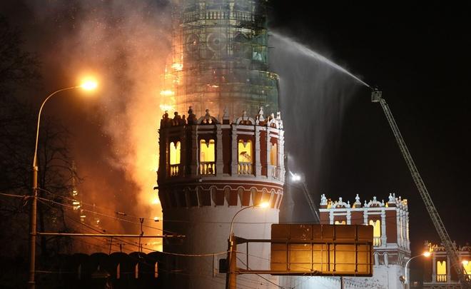 Lửa bốc cháy dữ dội bên trong tháp chuông của Tu viện Novodevichy, thủ đô Moscow của Nga hôm 16/3. Tu viện được xây dựng vào năm 1534 và là một trong những di sản thế giới do Unesco công nhận.