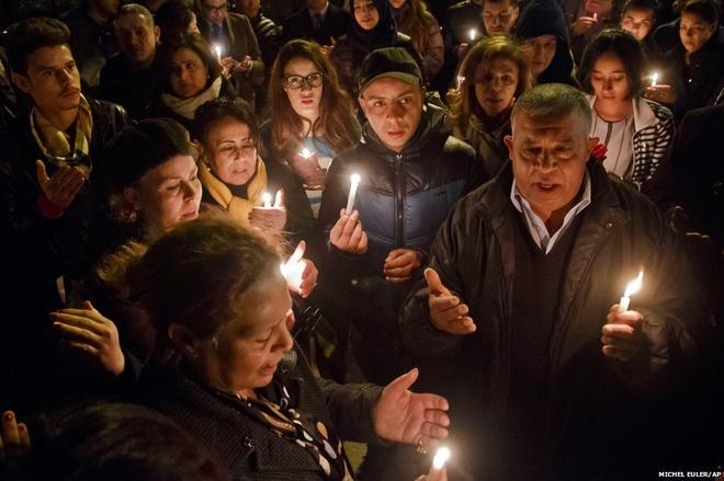 """Người dân Tunisia cầm nến và cầu nguyện trước lối vào Bảo tàng Quốc gia Bardo tại thủ đô Tunis sau vụ tấn công hôm 18/3 làm 23 người chết. Du khách các quốc tịch Nhật, Italy, Anh, Pháp… nằm trong số những nạn nhân nước ngoài bị khủng bố bắn chết. Nhà nước Hồi giáo tự xưng (IS) đã nhận trách nhiệm vụ tấn công và gọi đây là """"giọt đầu tiên của cơn mưa""""."""