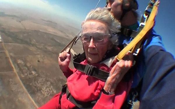 Hôm 16/3, để kỷ niệm sinh nhật lần thứ 100, cụ bà Georgina Harwood người Nam Phi tiến hành màn nhảy dù từ trên máy bay xuống mặt đất với vận tốc 125 m/phút cùng người hướng dẫn Jason Baker. Đây là cú nhảy dù thứ ba của bà Harwood từ năm 2007, khi bà đón sinh nhật tuổi 92. Ảnh: Telegraph