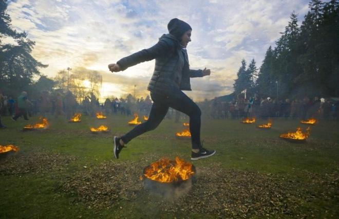 Loat anh an tuong nhat tuan (16 - 22/3) hinh anh 9 Một cô gái Iran nhảy qua đám lửa to đang cháy dữ dội tại lễ hội Nowruz. Đống tro sau đó sẽ được gom lại, chôn dưới cánh đống, đánh dấu sự kết thúc của 'tro tàn' – tượng trưng của vận rủi. Nowruz là một trong những lễ hội cổ xưa nhất trên thế giới, đánh dấu sự khởi đầu của mùa xuân.