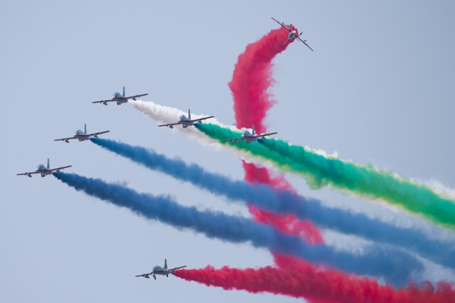 Màn nhào lộn ấn tượng của lực lượng Không quân Các Tiểu vương quốc Arab Thống nhất tại triển lãm Hàng hải - Hàng không vũ trụ quốc tế năm 2015 (LIMA 2015). Sự kiện khai mạc tại Langkawi, bang Kedah, Malaysia ngày 17/3, thu hút sự tham gia của hơn 512 tập đoàn và công ty đến từ 36 quốc gia trên thế giới.
