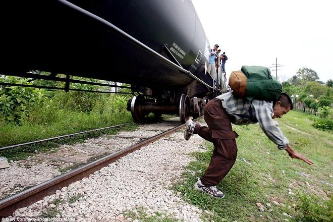 Hanh trinh tren doan tau 'tu than' dua nguoi nhap cu den My hinh anh 2 Người đàn ông này nhảy xuống, hoặc ông có thể té ngã, từ đoàn tàu cao tốc khi nó đi qua một vùng quê ở Mexico.