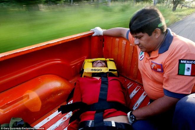 Hanh trinh tren doan tau 'tu than' dua nguoi nhap cu den My hinh anh 3 Nhân viên y tế Mexico đưa một thanh niên đến bệnh viện điều trị các vết thương do anh nhảy khỏi một đoàn tàu cao tốc. Sự việc xảy ra gần thành phố Tabasco.