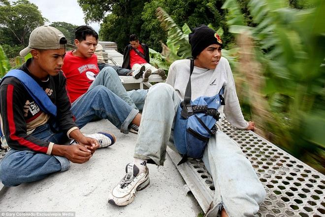 Hanh trinh tren doan tau 'tu than' dua nguoi nhap cu den My hinh anh 5 Những thiếu niên đến từ Trung Mỹ ngồi trên nóc một đoàn tàu cao tốc để đến biên giới Mexico và Mỹ. Một quan chức biên phòng Mexico nói: