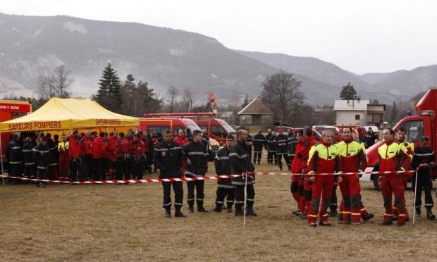 Nhung bi an trong vu tai nan cua chuyen bay 4U9525 hinh anh 3 Đội tìm kiếm và cứu hộ Pháp tập trung ở núi Alps. Ảnh: CNN