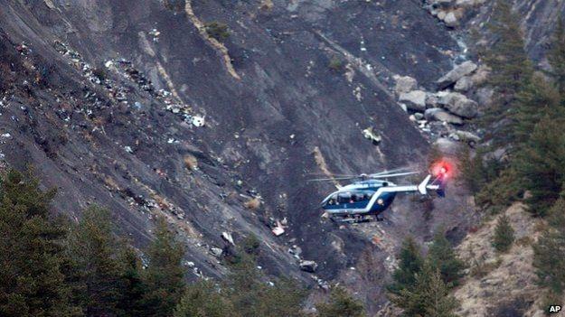 Thong tin ban dau ve nan nhan tren chuyen bay 4U9525 hinh anh 2 Trực thăng cứu hộ được điều động tới hiện trường của vụ tai nạn. Ảnh: AP