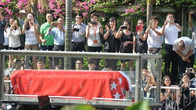 Hang nghin nguoi don linh cuu cuu thu tuong Singapore hinh anh