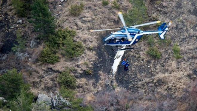 Nhung tham hoa hang khong kinh hoang do phi cong tu sat hinh anh 1 Trực thăng được điều động tới hiện trường vụ tai nạn máy bay Germanwings. Ảnh: