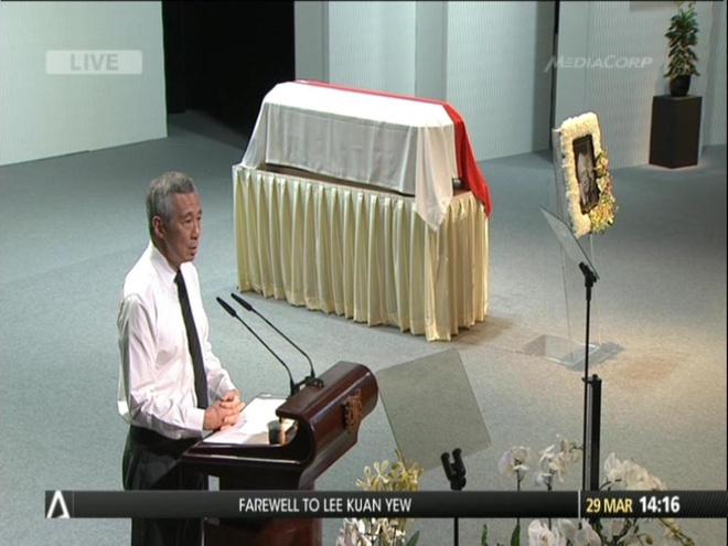 Ông Lý Hiển Long đọc điếu văn tại bên cạnh quan tài đặt thi thể ông Lý Quang Diệu. Ảnh: Twitter