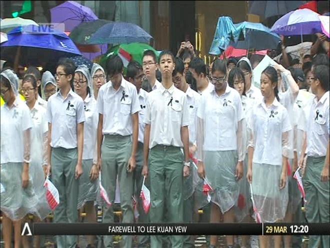 Dan Singapore ho vang ten ong Ly Quang Dieu trong quoc tang hinh anh