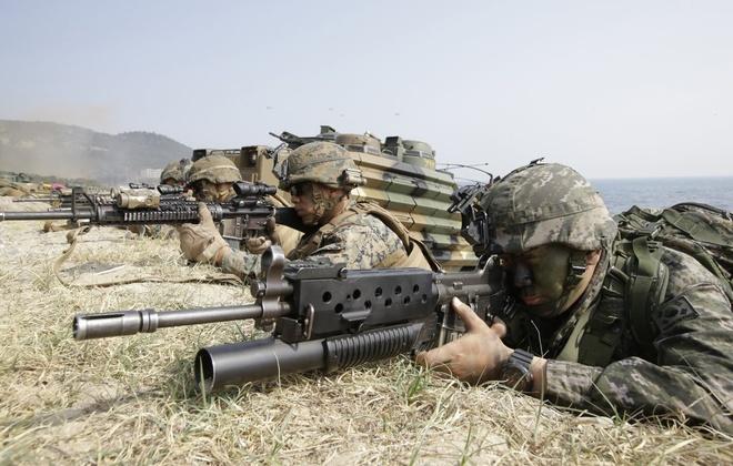 Biinh sĩ Hàn Quốc và các đồng đội người Mỹ trong cuộc tập trận Đại bàng non ngày 30/3. Chiến tranh trên báo đảo Triều Tiên kết thúc năm 1953 bằng một hiệp định đình chiến. Do vậy, về mặt kỹ thuật, Hàn Quốc và Triều Tiên vẫn còn trong tình trạng chiến tranh.