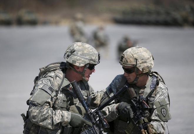 Binh sĩ Mỹ tham gia tập trận bắn đạn thật diễn ra tại Pocheon, phía nam khu vực phi quân sự ở giữa biên giới Hàn Quốc và Triều Tiên ngày 25/3.