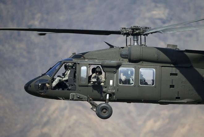 Trực thăng Black Hawk của Lục quân Mỹ chở các binh sĩ tham gia tập trận bắn đạn thật tại Pocheon ngày 25/3.