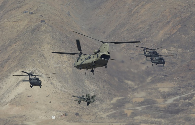 Trực thăng Chinook của Mỹ thả binh sĩ xuống khu quân sự phức hợp Pocheon ở phía bắc Hàn Quốc. Ngoài các cuộc tập trận chiến đấu, hai nước cũng diễn tập khả năng hậu cần, như không vận binh sĩ và tiếp tế.