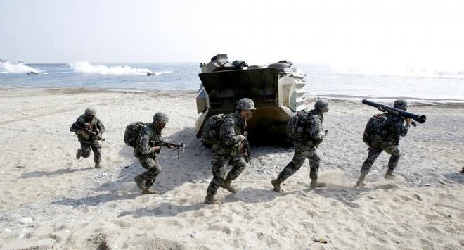 Binh sĩ Hàn Quốc rời xe đổ bộ và tiến về địa điểm tập trận trên bộ ở Pohang trong cuộc tập trận ngày 30/3.