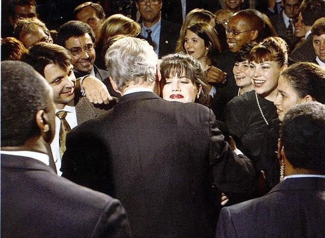 Cuu nu thuc tap sinh Nha Trang noi ve su ac doc tren mang hinh anh 2 Cựu tổng thống Mỹ Bill Clinton ôm Monica Lewinsky lúc cô 23 tuổi. Ảnh: Dailymail