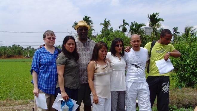 Nu y ta My ly giai nguyen nhan dua 2.700 tre roi Sai Gon hinh anh 4 Năm 2010, sơ Susan (áo xanh, bìa trái) cùng đoàn trẻ Babylift về thăm hiện trường tai nạn máy bay C5A chở trẻ Babylift năm 1975.
