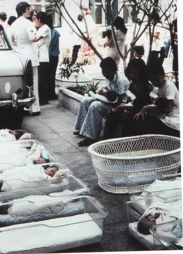 Nu y ta My ly giai nguyen nhan dua 2.700 tre roi Sai Gon hinh anh 3 Sơ Susan (áo trắng, trái) đặt các trẻ mồ côi vào lồng nhựa để chuẩn bị đưa lên máy bay chở chúng rời Việt Nam.