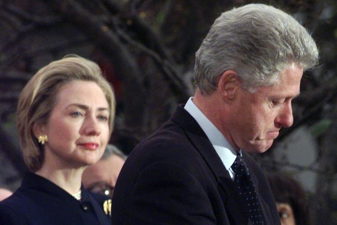 Cuoc doi va con duong chinh tri cua ba Hillary Clinton hinh anh 12 Bà Clinton sát cánh bên chồng khi tổng thống thứ 42 của Mỹ phát biểu cảm ơn những nghị sĩ đảng Dân chủ bỏ phiếu chống luận tội ông vào ngày 19/12/1998. Ban đầu, ông Bill Clinton phủ nhận chuyện đã quan hệ ngoài luồng với nữ thực tập sinh Monica Lewinsky. Sau này, ông thừa nhận sự việc và phải công khai xin lỗi. Hạ viện đã thông qua đề nghị luận tội tổng thống, nhưng Thượng viện đã bác bỏ điều này. Ảnh: AP