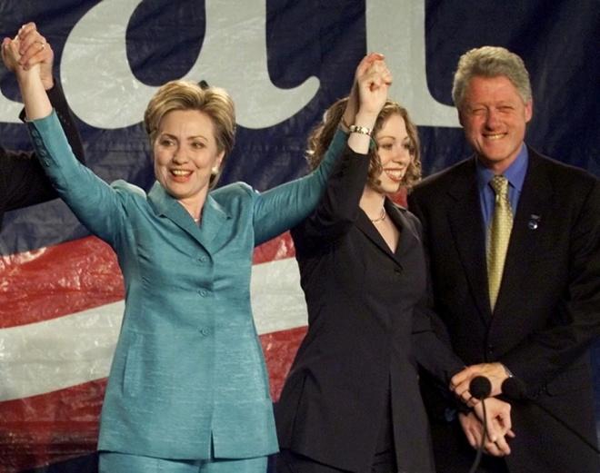 Cuoc doi va con duong chinh tri cua ba Hillary Clinton hinh anh 13 Bà Clinton cùng chồng và con gái trong ngày ăn mừng chiến thắng đắc cử chức thượng nghị sĩ đại diện bang New York ngày 7/11/2000. Đến ngày 7/11/2006, bà tiếp tục đắc cử để đại diện bang New York tại Thượng viện thêm một nhiệm kỳ. Ảnh: AP