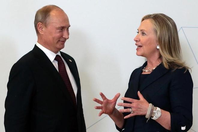 Cuoc doi va con duong chinh tri cua ba Hillary Clinton hinh anh 17 Ngoại trưởng Mỹ Hillary Clinton trao đổi cùng Tổng thống Nga Vladimir Putin bên lề hội nghị cấp cao APEC diễn ra ở thành phố Vladivostok, Nga, vào ngày 8/9/2012. Bà cũng là ngoại trưởng Mỹ công du nhiều quốc gia nhất (112 nước). Ảnh: AP