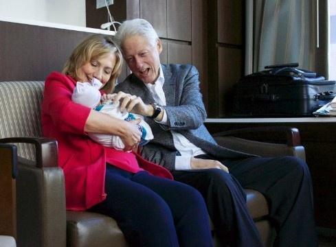 Cuoc doi va con duong chinh tri cua ba Hillary Clinton hinh anh 20 Cuối tháng 9/2014, Chelsea Clinton sinh con gái đầu lòng. Ông bà Clinton trở thành ông bà ngoại. Ảnh: CNN