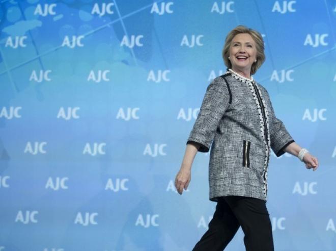 Cuoc doi va con duong chinh tri cua ba Hillary Clinton hinh anh 21 Bà Clinton dự một sự kiện về chính sách đối ngoại ngày 14/5/2014. Sau khi rời Bộ Ngoại giao, bà Clinton lần đầu tiên trở thành công dân bình thường và không can dự vào chính sự sau hơn 30 năm. Tuy nhiên, giới chuyên gia và truyền thông đều nhận định bà Clinton đang chuẩn bị cho chiến dịch tranh cử tổng thống Mỹ năm 2016. Ngày 10/4/2015, một số nguồn tin của hãng AP cho biết, bà Clinton sẽ chính thức xác nhận kế hoạch chạy đua vào Nhà Trắng vào cuối tuần này. Ảnh: AP