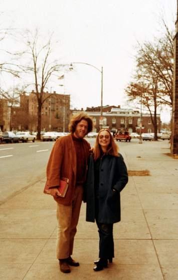 Cuoc doi va con duong chinh tri cua ba Hillary Clinton hinh anh 3 Ông Bill Clinton và bà Hillary chụp ảnh tại trường Luật thuộc đại học Yale vào năm 1972. Họ kết hôn năm 1975. Ảnh: Time