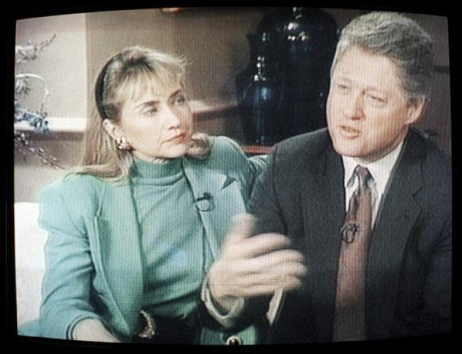 Cuoc doi va con duong chinh tri cua ba Hillary Clinton hinh anh 7 Ngày 26/1/1992, ông Clinton xuất hiện trên truyền hình cùng vợ để bác bỏ những tin đồn ông quan hệ lén lút với cô Gennifer Flowers, nữ ca sĩ phòng trà nổi tiếng ở bang Arkansas. Những tin đồn nảy sinh trước khi đảng Dân chủ tổ chức đại hội để chọn ra ứng viên đại diện chính thức. Sự xuất hiện