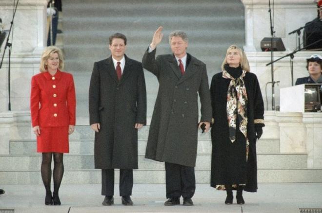 Cuoc doi va con duong chinh tri cua ba Hillary Clinton hinh anh 9 Gia đình Clinton và gia đình ông Al Gore trong buổi lễ nhậm chức tổng thống và phó tổng thống Mỹ ngày 17/1/1993. Bà Clinton trở thành Đệ nhất Phu nhân Mỹ đầu tiên có học vị sau đại học. Ảnh: AP