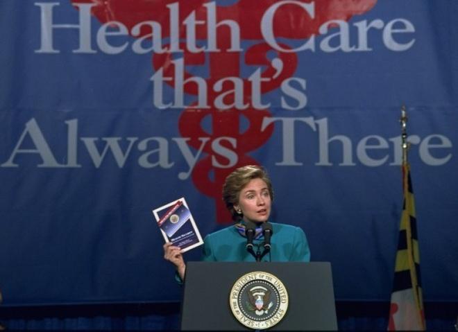 Cuoc doi va con duong chinh tri cua ba Hillary Clinton hinh anh 10 Tổng thống Bill Clinton giao cho vợ nhiều trọng trách so với các vị phu nhân tiền nhiệm. Chương trình nổi bật của bà Clinton khi đó là đề xuất cải cách hệ thống chăm sóc y tế toàn quốc. Ảnh: AP