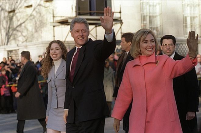 Cuoc doi va con duong chinh tri cua ba Hillary Clinton hinh anh 11 Bà Hillary cùng chồng và con gái trong ngày ông Bill Clinton nhậm chức tổng thống Mỹ nhiệm kỳ 2 ngày 20/1/1997. Ảnh: White House