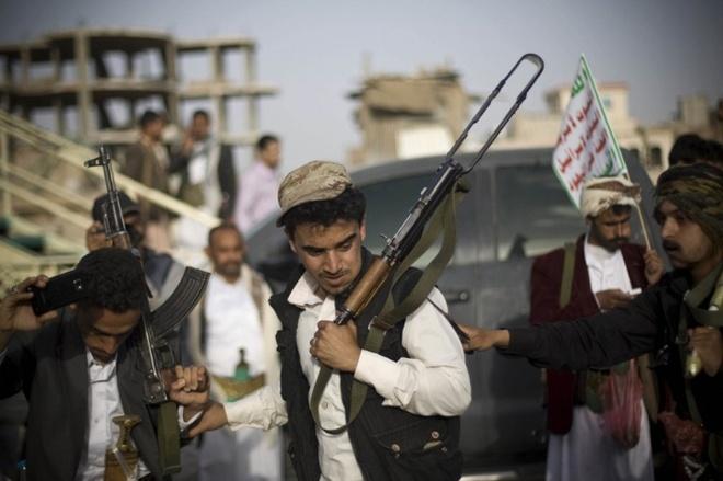 Phiến quân Shia, được biết đến như Houthis, thực hiện một điệu nhảy truyền thống trong một cuộc biểu tình chống lại các cuộc không kích